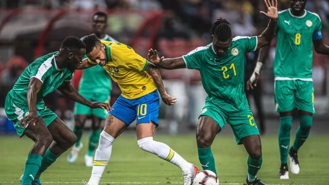 Neymar é parado pela forte marcação senegalesa