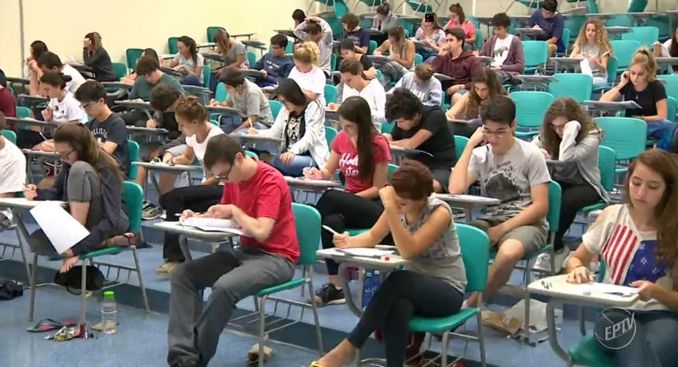 Alunos fazem a prova durante o primeiro dia da segunda fase da Unicamp (Foto: Reprodução/EPTV)