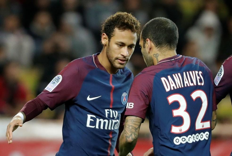 Neymar e Daniel Alves mantém companheirismo no PSG (Foto: Reuters)