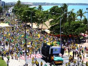 Manifestantes do Movimento Brasil Livre protestam na Orla da Ponta Verde (Foto: Jonathan Lins/G1)