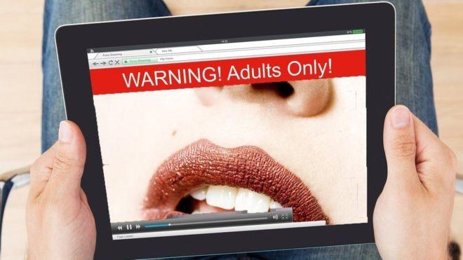 Hoje em dia, a internet dificulta a vida de produtores de pornografia profissionais (Foto: Getty Images via BBC)