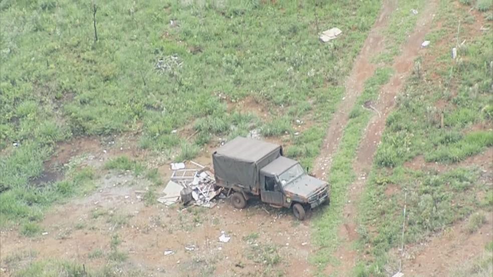 Caminhão do Exército despeja entulho em Parque Nacional de Brasília (Foto: TV Globo/Reprodução)