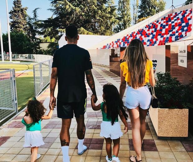 Larissa Pereira com Firmino e filhas (Foto: Reprodução/Instagram)