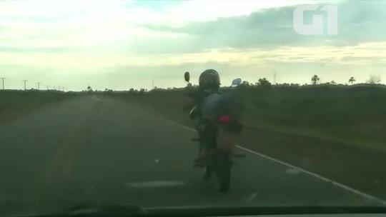 Motociclista é flagrado pilotando deitado sobre moto na BR-156 no Amapá; VÍDEO