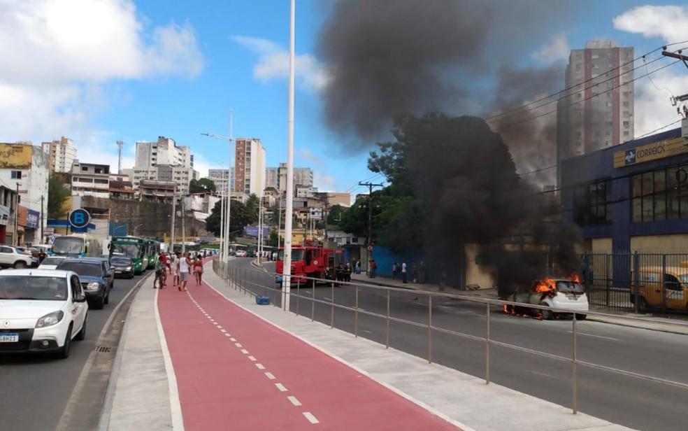 Carro pega fogo e deixa trânsito congestionado em Salvador — Foto: Reprodução/Redes Sociais