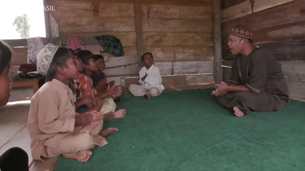 A tribo da Indonésia forçada a se converter ao Islã para não morrer de fome (Foto: Reprodução/BBC)
