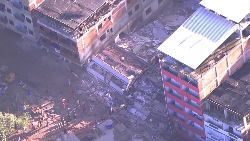 Desabamento atinge dois prédios na comunidade da Muzema, na Zona Oeste do Rio — Foto: Reprodução/ TV Globo