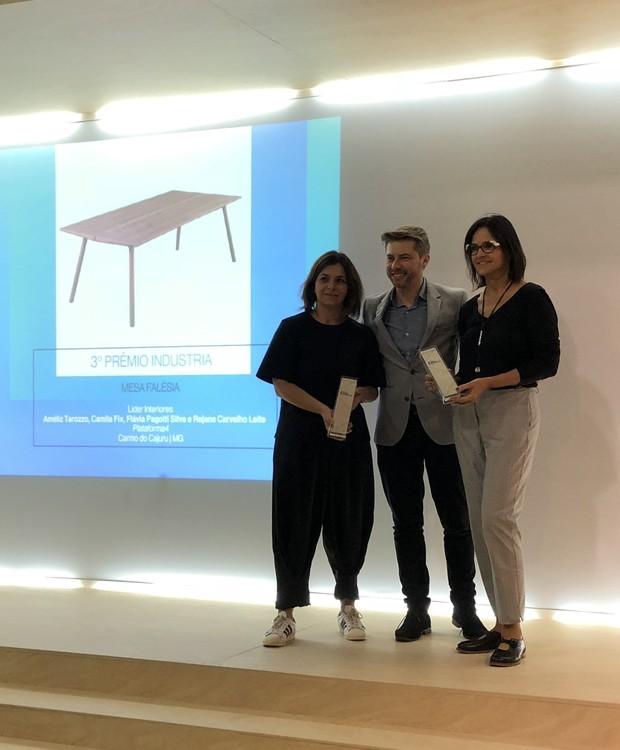 As designers Rejane Carvalho Leite e Flávia Pagotti Silva, do coletivo Plataforma4, composto ainda por Amélia Tarozzo e Camila Fix, receberam o prêmio de terceiro lugar na categoria Indústria com a mesa Falésia  (Foto: Stéphanie Durante/Editora Globo)