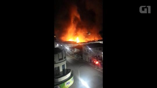 Incêndio destrói centro de eventos em Irati; VÍDEO