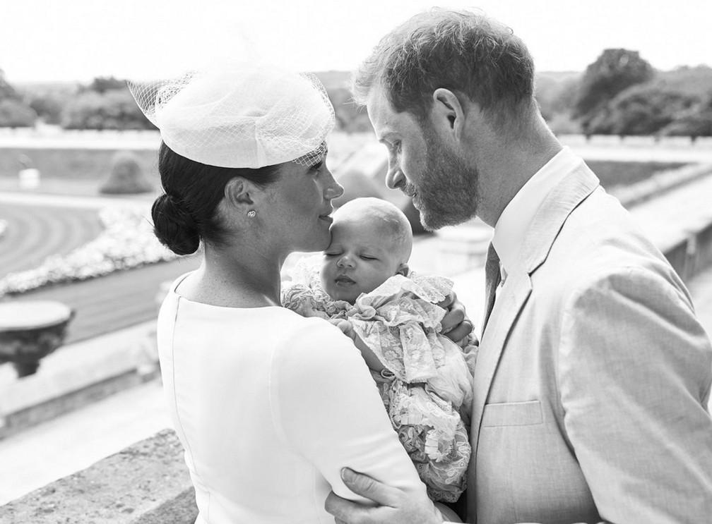 Príncipe Harry e a duquesa de Sussex, Meghan Markle, são fotografados com Archie, neste sábado (6), quando o primeiro filho do casal foi batizado — Foto: Chris Allerton /©️SussexRoyal