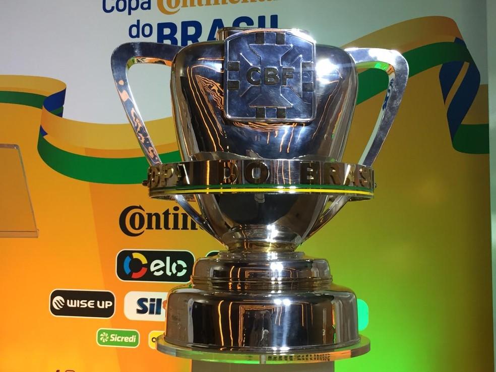 Troféu da Copa do Brasil 2019 foi exibido durante o sorteio — Foto: Felippe Costa / GloboEsporte.com