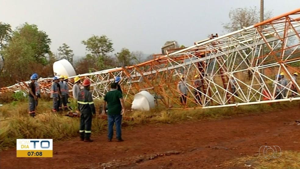 Temporal derrubou torre de energia em Araguaína (Foto: Reprodução/TV Anhanguera)