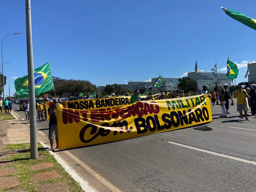 Manifestantes em ato pró-Bolsonaro exibem faixa pedindo retorno de intervenção militar — Foto: TV Globo/Reprodução