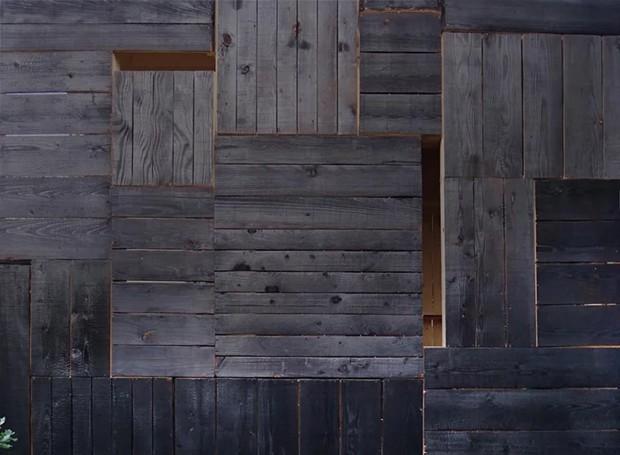 Placas de madeira foram unidas nas paredes do lado de foram. Entre os painéis, há buracos que permitem com que a luz do sol invada o ambiente  (Foto: Designboom/ Reprodução)