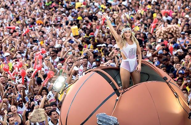 Claudia Leitte anima a multidão no bloco Largadinho (Foto: Ricardo Cardoso/ QUEM)
