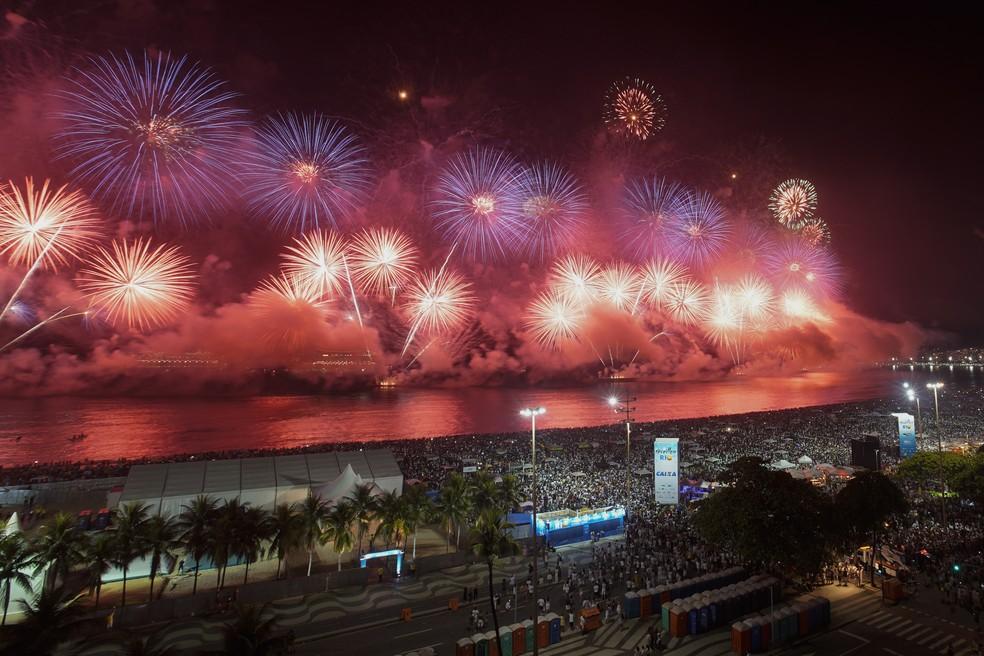 Fogos marcaram a chegada do Ano Novo em Copacabana, no Rio de Janeiro. — Foto: AP /Leo Correa