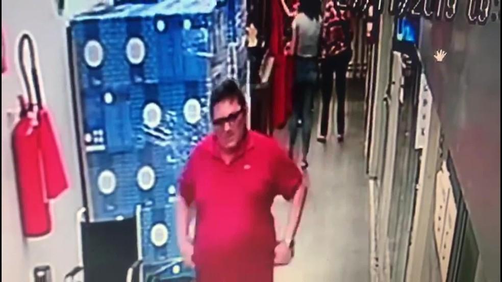 Homem de vermelho participa de golpe a idoso no Recife — Foto: Reprodução/TV Globo