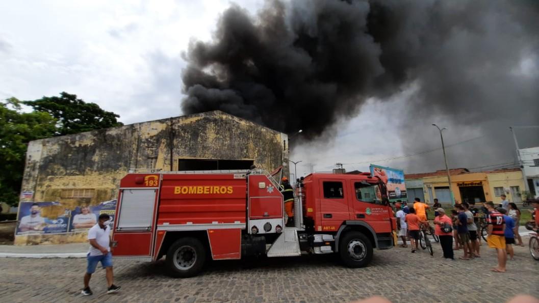 Incêndio atinge depósito de pneus no Ceará