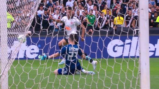 Após Vasco x São Paulo, Antony deixa São Januário com tipoia no braço esquerdo
