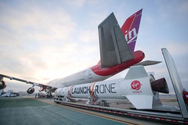 Em vez de decolar do solo, o LouncherOne é amarrado sob a asa de um avião comercial (Foto: Virgin Orbit/Divulgação)