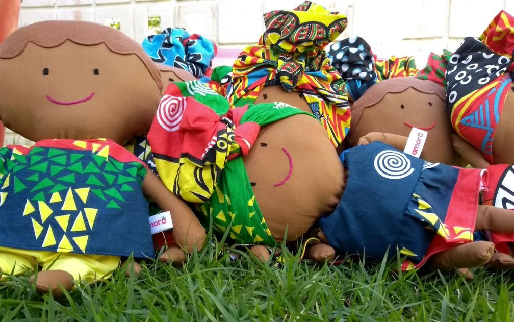 Falta de oferta na procura das bonecas foi o pontapé para a criação da Amora  — Foto: Arquivo Pessoal/Amora Brinquedos Afirmativos