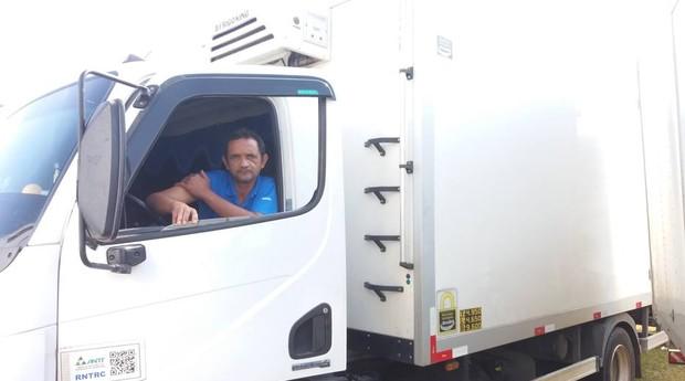 Wagner Souza Melo estava transportando frango na Dutra. Produto apodreceu (Foto: Estadão Conteúdo)