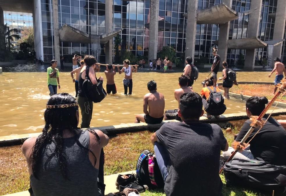 Protesto de povos indígenas no Ministério da Justiça, em Brasília (Foto: Luiza Garonce/G1)