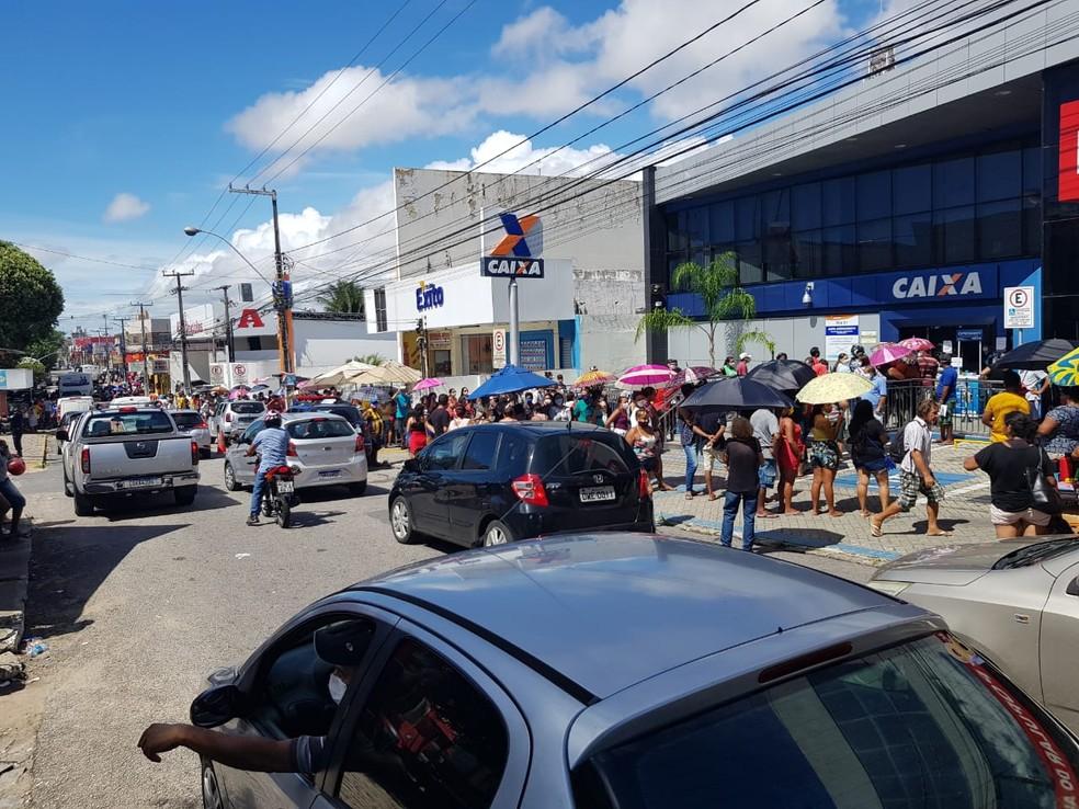 Centenas de pessoas se aglmoeram em filas em frente à Caixa do Alecrim, em Natal (arquivo). Agência será uma das abertas neste sábado (2). — Foto: Luiz Gustavo Ribeiro/Inter TV Cabugi