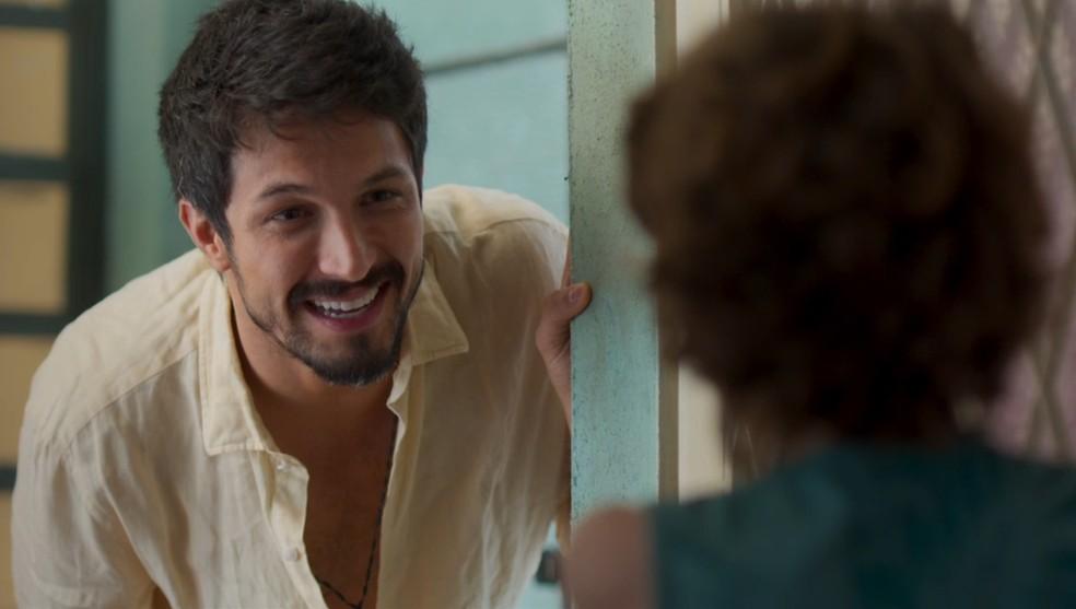 Marcos (Romulo Estrela) pede a Peter (João Bravo) para falar com Paloma (Grazi Massafera) em 'Bom Sucesso' — Foto: Globo
