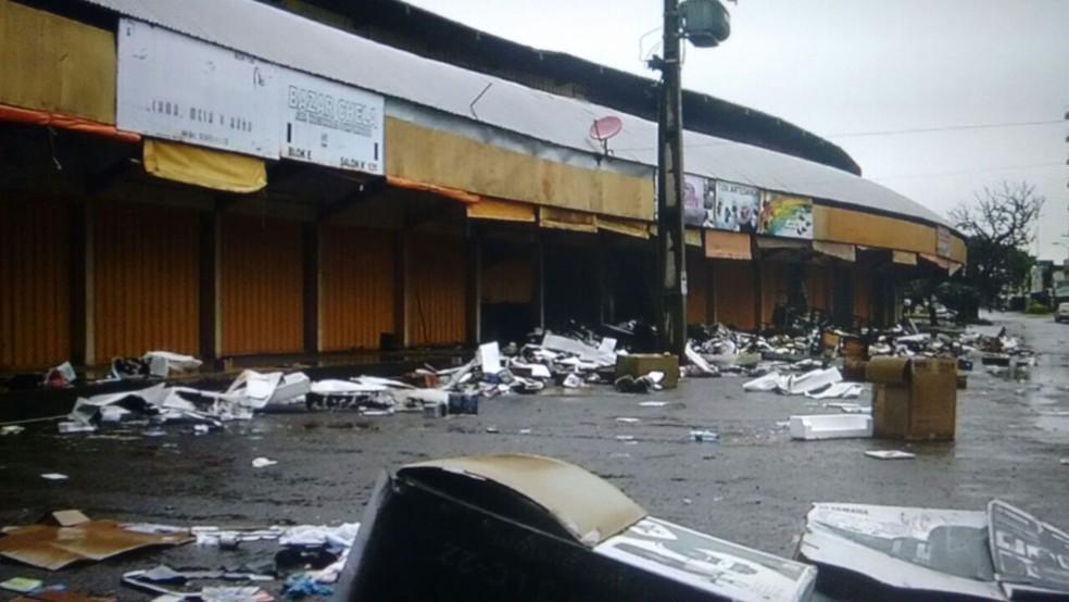 Fogo destruiu boxes de comércio popular na linha de fronteira do Brasil com o Paraguai (Foto: Mauro Almeida/TV Morena)