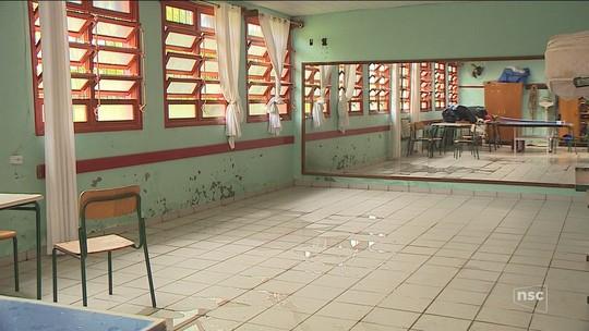 Em escola estadual de São José, alunos têm aula em meio a goteiras e poças de água