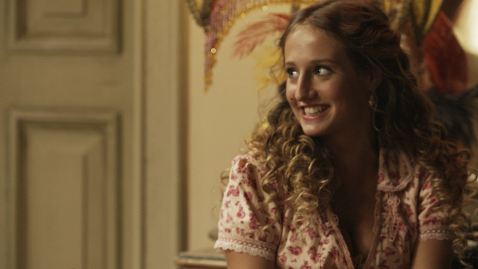Ela se anima com a novidade e diz que deseja conhecer toda a família do seu Uiruzinho (Foto: TV Globo)