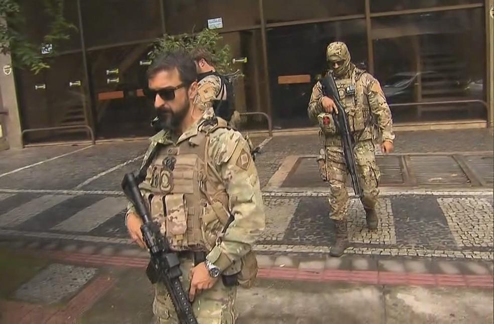 Policiais armados deixam sede do PSL nesta segunda-feira (29) em Belo Horizonte — Foto: Reprodução/TV Globo