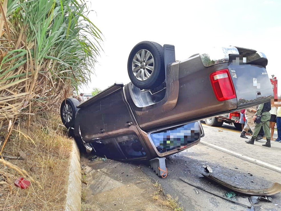 Caminhonete capotou depois de acidente ocorrido na BR-408, em Nazaré da Mata, na Zona da Mata de Pernambuco — Foto: Polícia ROdoviária Federal/Divulgação