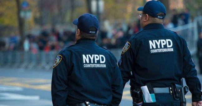 Policiais do destacamento antiterrorismo da polícia de Nova York patrulham as ruas de Manhattan (Foto: Scott Roth / Invisioan / Associated Press)