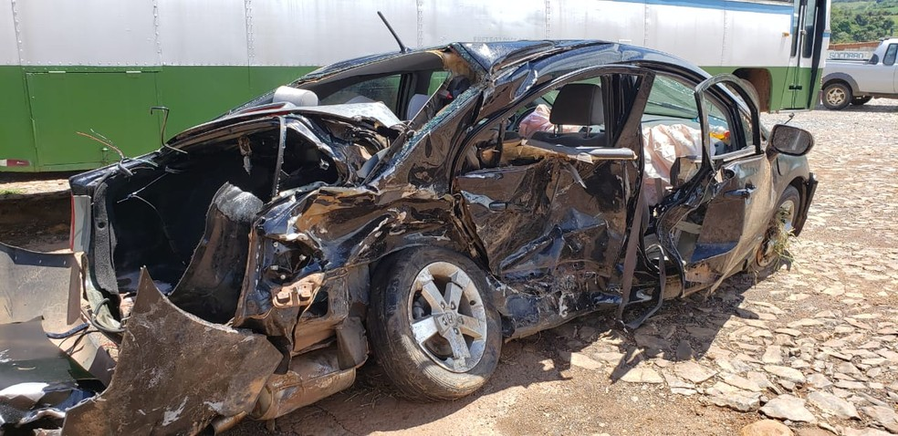 Família de Sertãozinho (SP) seguiam na MG-050 quando motorista perdeu controle da direção — Foto: Edgar Rodrigues/Onda Oeste FM