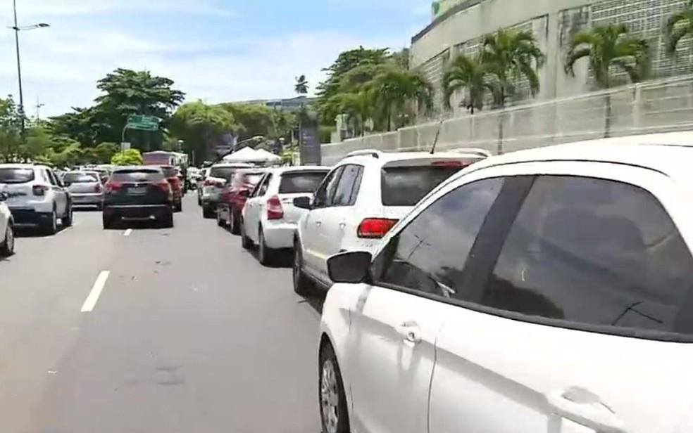Fila para vacinação em drive thru da Arena Fonte Nova, em Salvador tem espera de 1 hora — Foto: Reprodução/TV Bahia