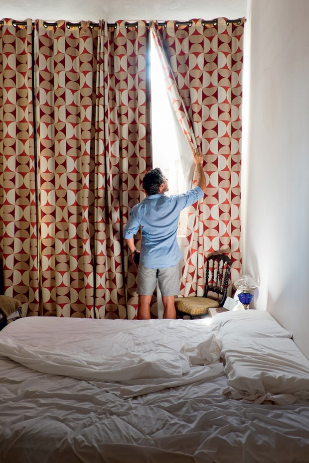 No quarto, a cortina tem estampa de Athos Bulcão (Foto: Lufe Gomes/Life by Lufe)