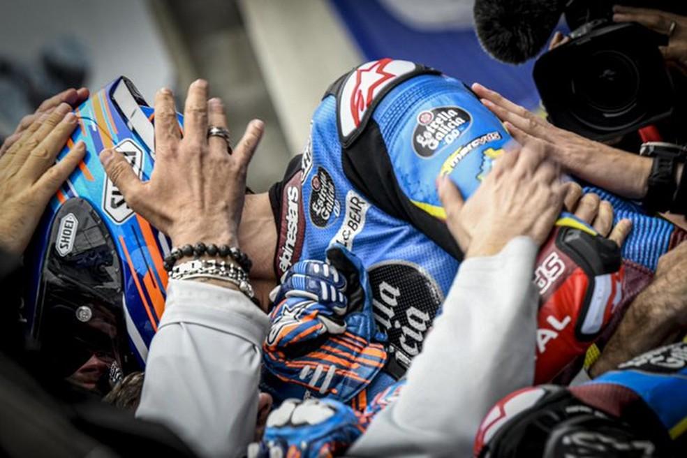 Alex Márquez nos braços da equipe... — Foto: Internet