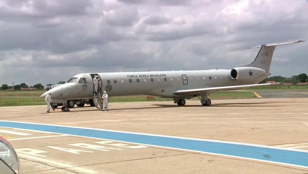 Pacientes foram transportados em avião da Força Aérea Brasileira — Foto: Reprodução/TV Clube