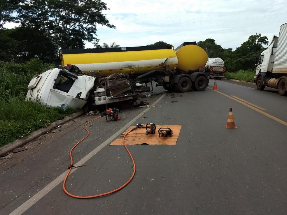 Bombeiros tiveram que retirar o corpo do veículo — Foto: Corpo de Bombeiros/Divulgação