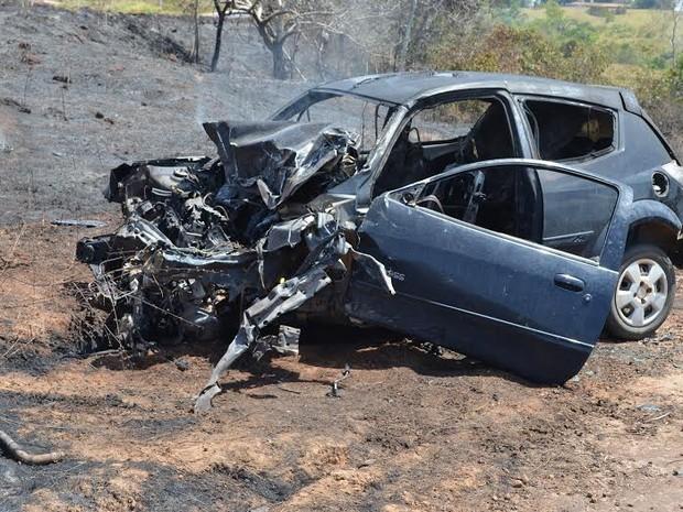 A condutora que estava sozinha no carro foi socorrida por pessoas que passavam pelo local; ela foi levada para o hospital (Foto: Magda Oliveira/G1)