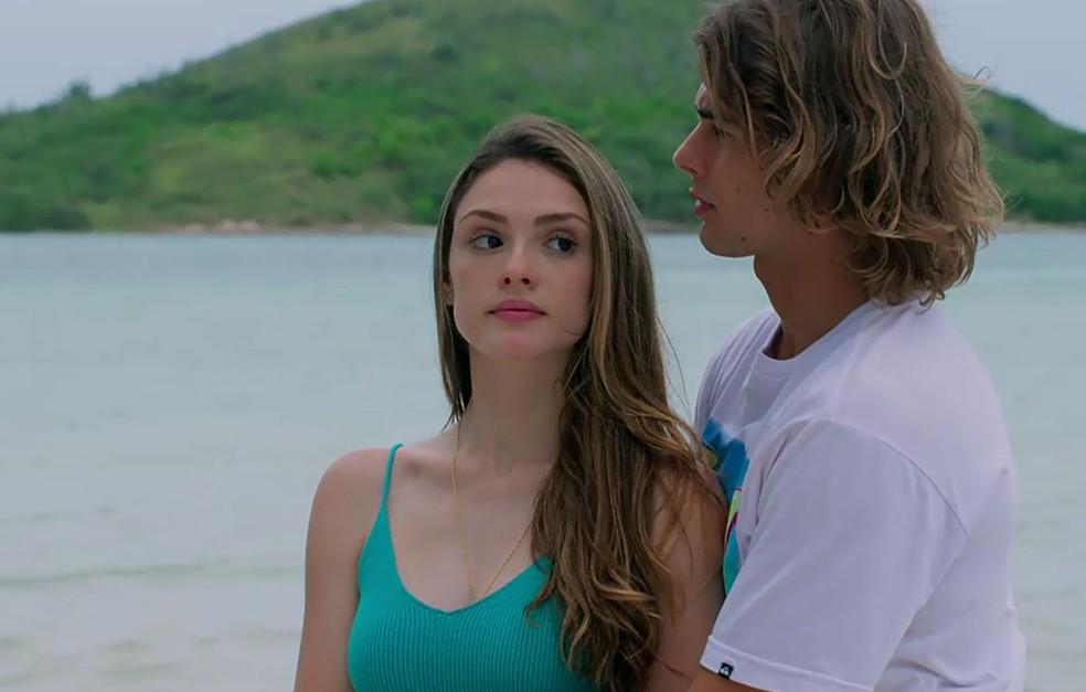 Manuzita (Isabelle Drummond) flagra Moana (Giovana Cordeiro) nua no quarto de João (Rafael Vitti), em 'Verão 90' — Foto: TV Globo