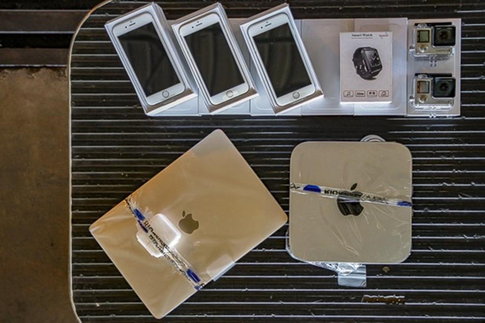 Lote com MacBook, iPhones e GoPro tra lance mínimo de R$ 30 mil (Foto: Divulgação/Receita Federal)