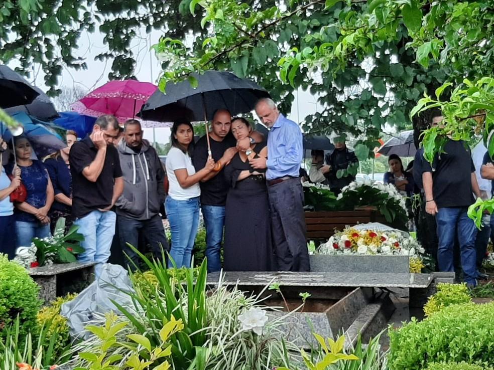 Enterro do professor Odailton Charles Albuquerque Silva — Foto: Afonso Ferreira/G1