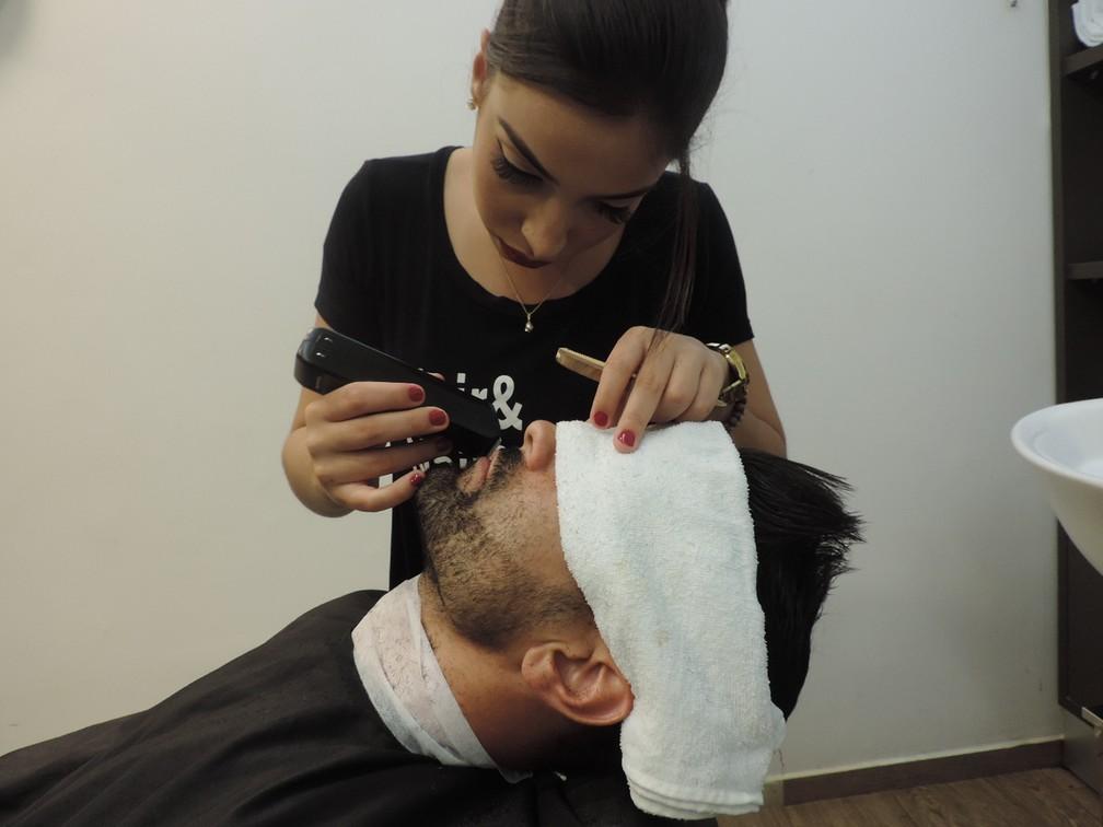 Barbeira conta ao G1 que interesse pela profissão surgiu durante uma visita a seu tio, que fazia curso para aprender técnicas da barbearia (Foto: Marcos Lavezo/G1)