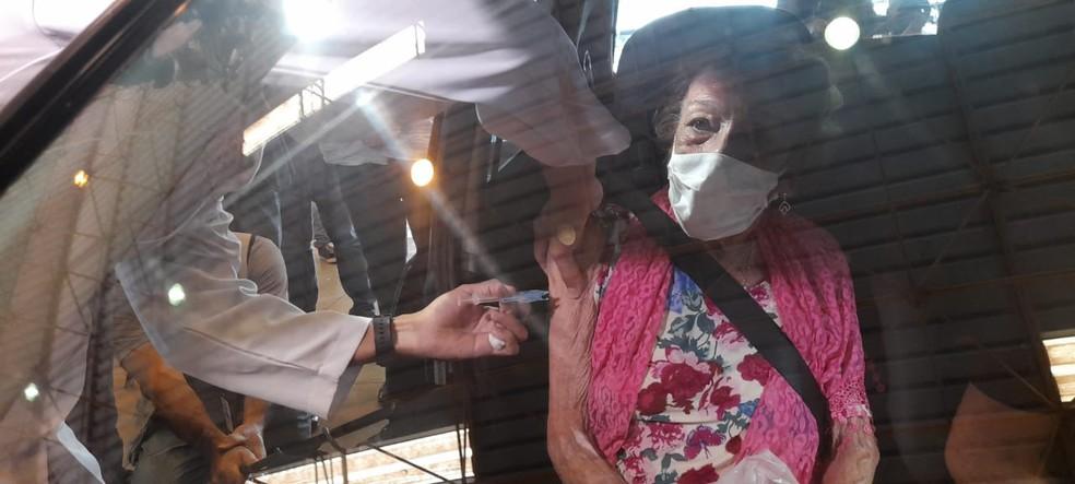 Delinha, ícone do sertanejo, se vacina contra Covid-19, em Campo Grande (MS). — Foto: João Paulo/Arquivo pessoal