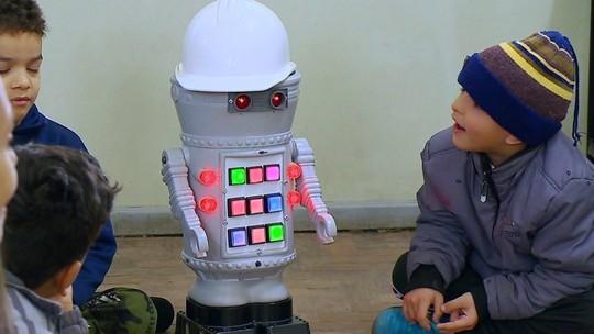 Robô auxilia na alfabetização de crianças
