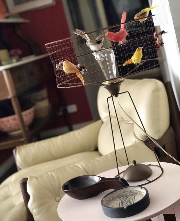 Newton Lima mostra como transformou seu apartamento com os mesmos móveis e objetos (Foto: Manu Oristânio)