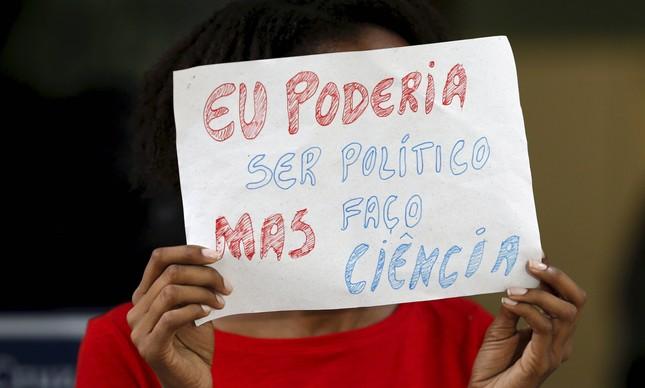 Estudantes de pós-graduação protestam contra atraso no pagamento de bolsas no Rio